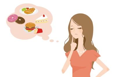 ダイエット中にスイーツを考える女性